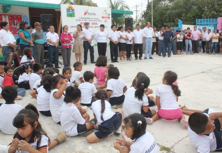 Las autoridades durante la presentación de la obra que beneficiará a 180 niños. (Redacción/SIPSE)