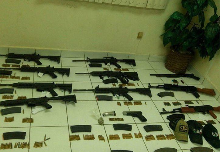 Los agentes estatales localizaron dentro de la camioneta asegurada 10 armas largas. (Grupo de Coordinación Tamaulipas).