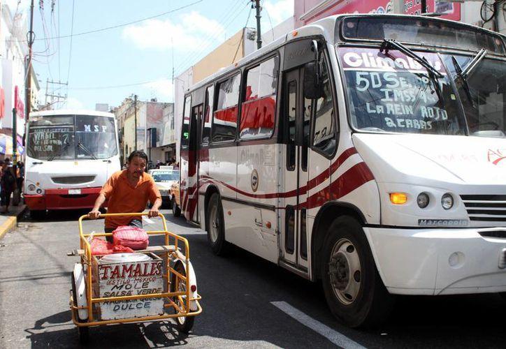Un trabajador con turno cortado puede gastar hasta 48 pesos al día en autobuses. (SIPSE)