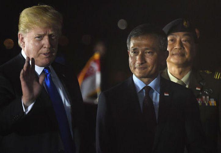Trump  aterrizó en Singapur, después de un largo vuelo desde La Malbaie, Canadá. (AFP)