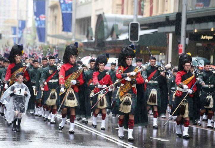 Una banda de gaitas desfila en la calle George durante el desfile del día de los veteranos ANZAC en Sydney, que recuerda el aniversario de una batalla de las tropas australianas y neozelandesas en Turquía durante la I Guerra Mundial. (Agencias)