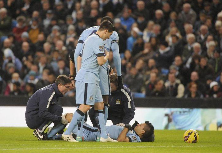 Sergio Agüero se perderá, de entrada, el partido de este miércoles entre Manchester City y la Roma por el pase a octavos de final en Champions League. (EFE)