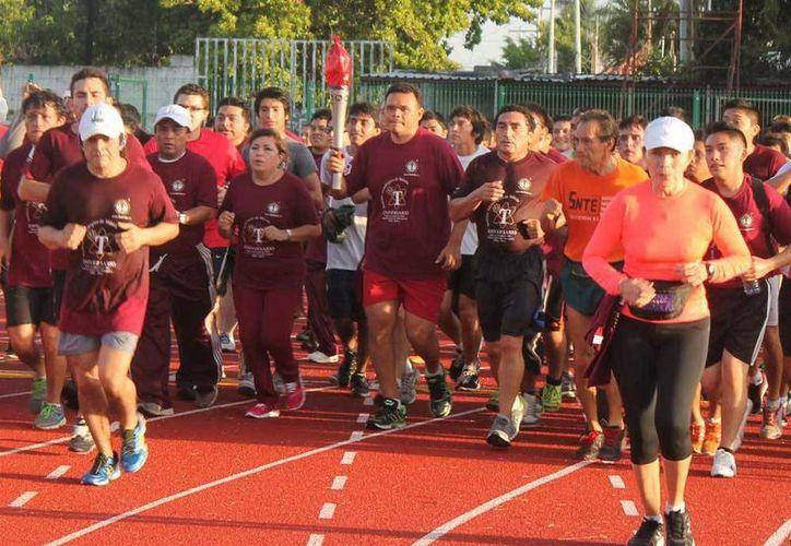 El gobernador Rolando Zapata estuvo junto con los corredores para celebrar un año más de fundación del Instituto Tecnológico de Mérida. (Milenio Novedades)