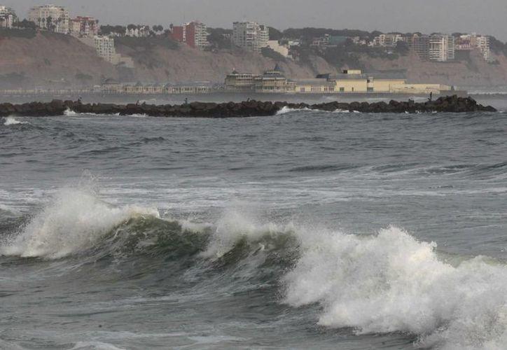 Ecuador y Perú han cerrado algunos de sus puertos ante el incremento de la altura de las olas provocadas por 'El Niño'. (EFE)