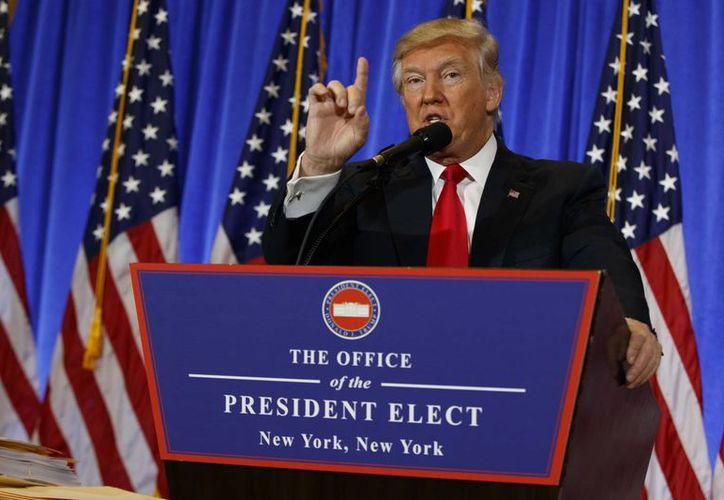 A pesar de la insistencia del reportero de la CNN, Donald Trump se negó a darle la palabra. (AP/Evan Vucci)