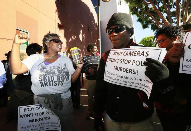Los manifestantes declararon sagrado el sitio donde murió el indigente Charley Saturmin Robinet y guardaron un minuto de silencio en su memoria. (AP)