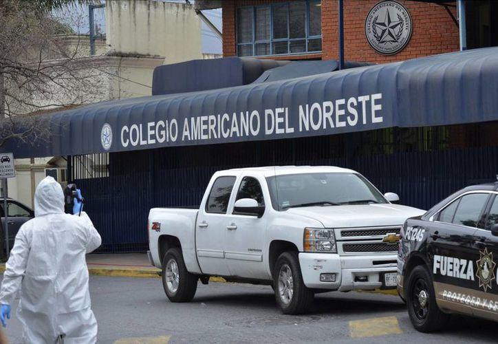 Un perito forense trabaja fuera del Colegio Americano Noreste donde este miércoles 18 de enero de 2017 se registró un tiroteo. (AP/Emilio Vázquez)