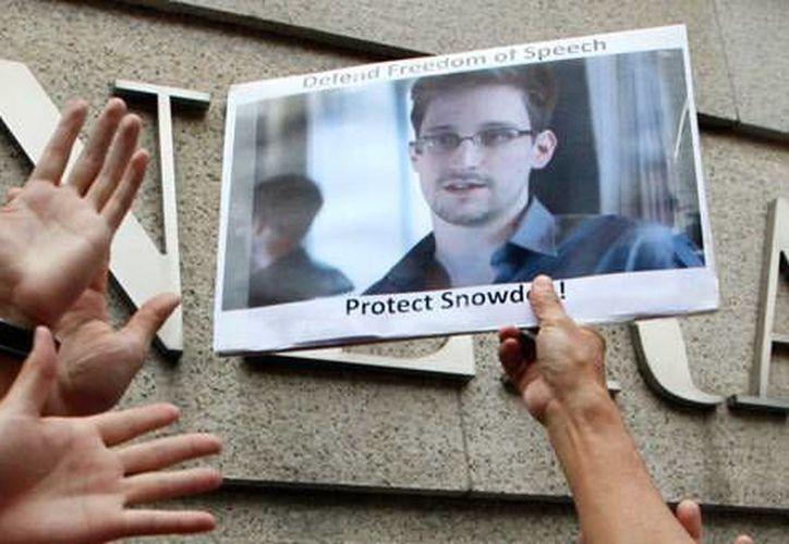 Edward Snowden, quien filtró documentos del gobierno estadounidense, estaría dispuesto a ir a prisión solamente si llega a un acuerdo con la justicia de su país. (Archivo AP)
