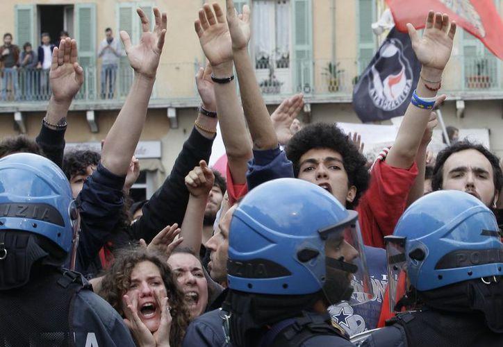 """""""A la cárcel mafiosos"""", """"fascistas"""" o """"ladrones"""", fueron algunas de las consignas gritadas contra Il Cavaliere. (Agencias)"""