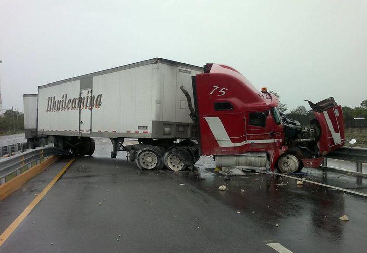 Doble accidente propicia gran embotellamiento vehicular por espacio de 4 horas. (SIPSE)