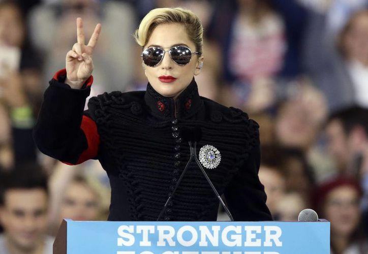 Lady Gaga dejó en claro su apoyo hacia la candidata demócrata Hillary Clinton, quien terminó perdiendo ante Trump. (Gerry Broom/AP)