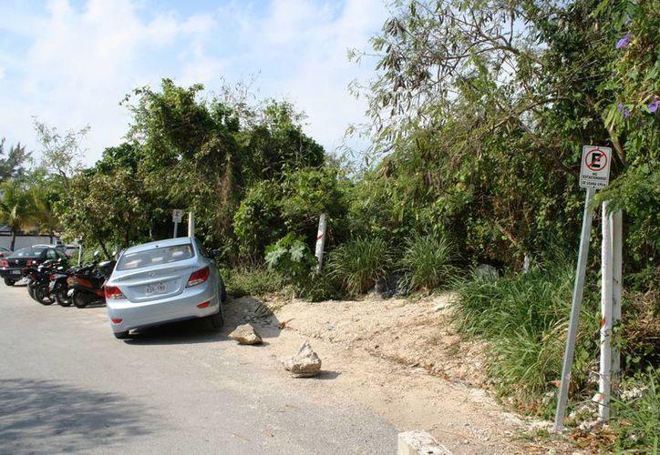 La vía que conduce a la playa Xcalacoco es punto de conflicto entre automovilistas y guardias de hoteles de la zona. (Octavio Martínez/SIPSE)