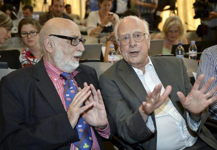 El físico británico Peter Higgs (d), conversa con su colega belga Francois Englert. (Archivo/EFE)