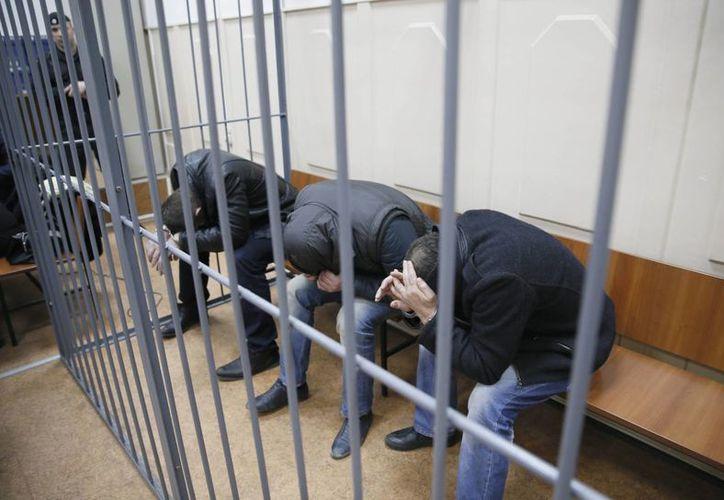 Imagen de tres de los detenidos acusados del asesinato del líder opositor Boris Nemtsov, ocurrido en Moscú. (EFE)