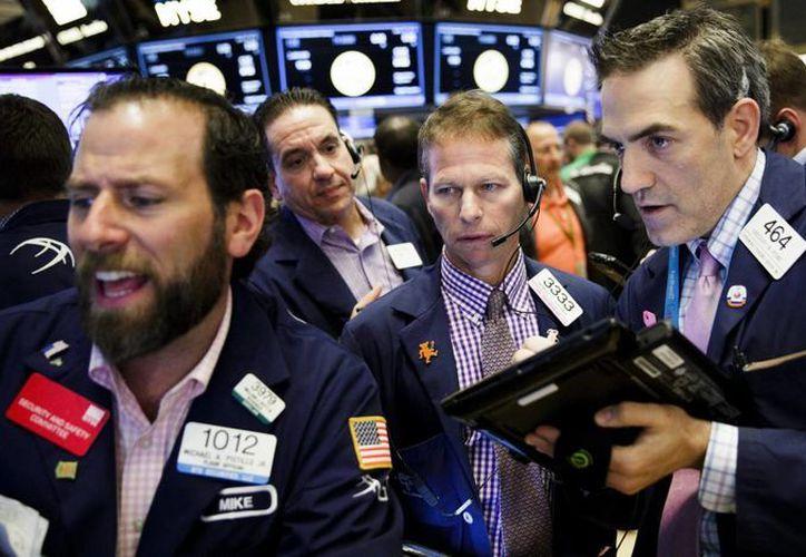 Agentes de bolsa trabajan en el parqué neoyorquino al comienzo de la sesión en Wall Street, Nueva York, Estados Unidos. (EFE/Archivo)