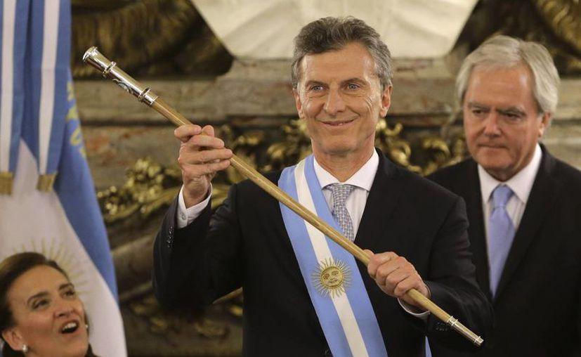 Mauricio Macri después de recibir la banda y el bastón presidencial en la Casa Rosada en Buenos Aires, Argentina, el jueves 10 de diciembre de 2015. (Agencias)