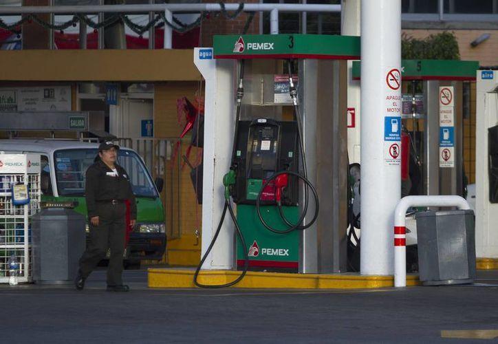 Con la liberación de las importaciones, a partir de 2017 Pemex ya no será el único en comprar gasolina en el extranjero. (Archivo/Notimex)