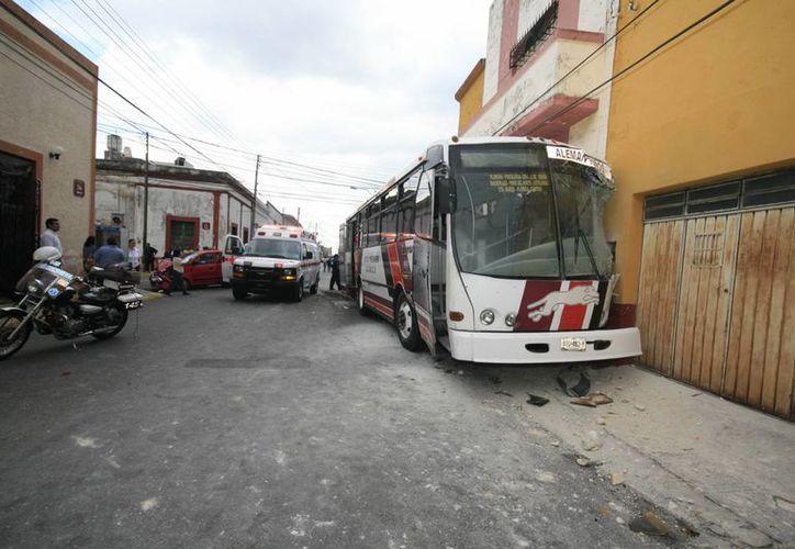 El autobús de la ruta Alemán que chocó en la calle 53 con 56 del centro de Mérida. (Jorge Sosa/SIPSE)