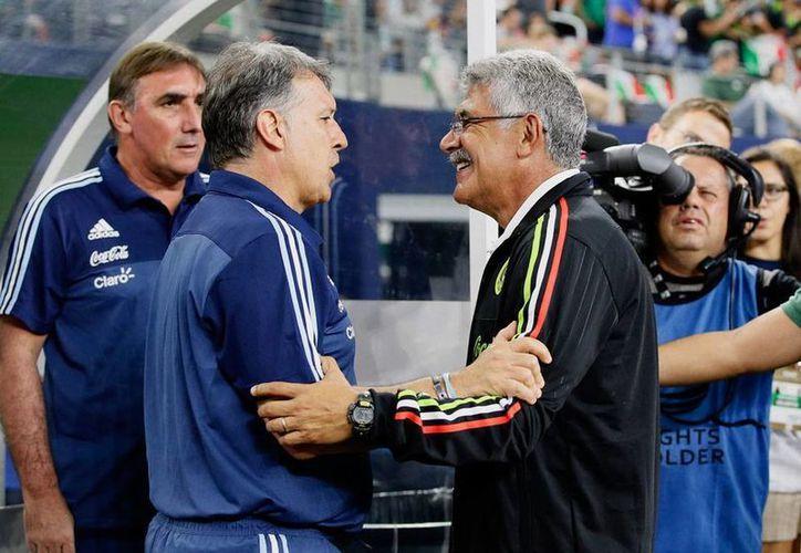 Ricardo 'Tuca' Ferreti, DT de México, (der.) destactó la labor del Tri en el partido frente a Argentina. En la imagen, saluda al estratega albiceleste 'Tata' Martino. (AP)
