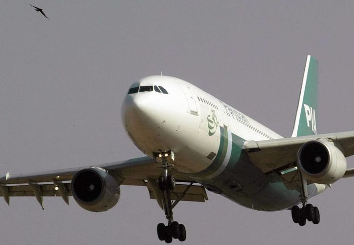 Fotografía de archivo que muestra un avión de la compañía aérea Pakistán Internacional Airlines (PIA), tras despegar en el aeropuerto de Islamabad, en Pakistán. (EFE)