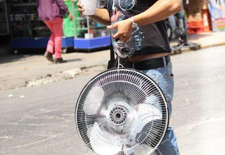 Ventiladores y refrescos fríos, opciones para refrescarse en Mérida, donde hace varios días el calor supera los 40 grados. (SIPSE)