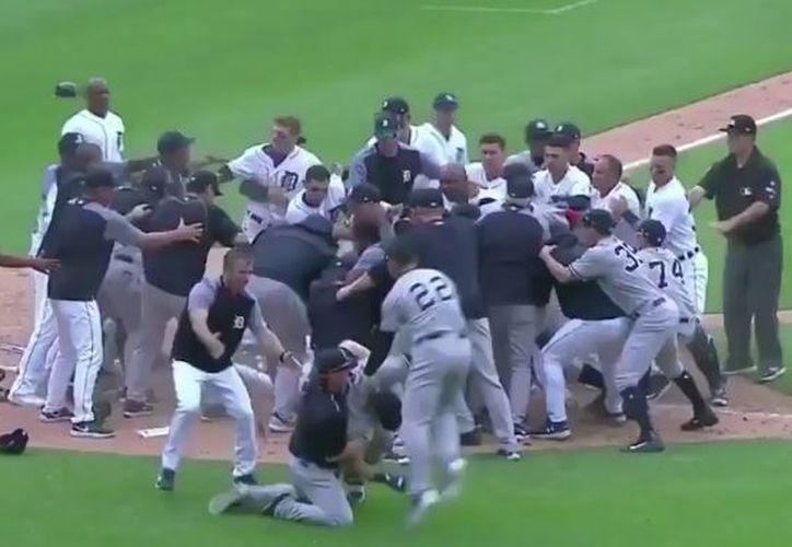 El resto de los integrantes de los equipos se integraron a la pelea. (Foto: Twitter)