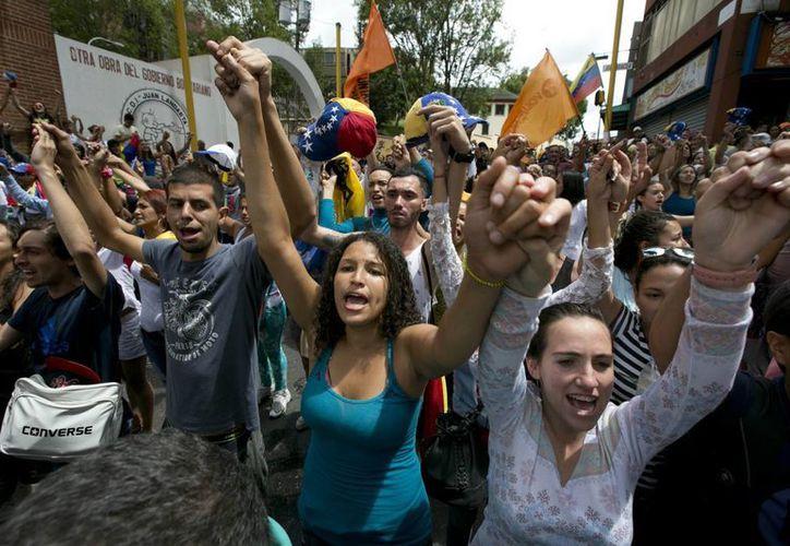 Un estudio de la Universidad Central de Venezuela reveló que los jóvenes y niños ocupan el 42 % de la población caraqueña. En la imagen, un grupo de jóvenes durante una manifestación contra el presidente Nicolás Maduro, el 7 de septiembre de 2016. (Foto: AP/Ariana Cubillos)