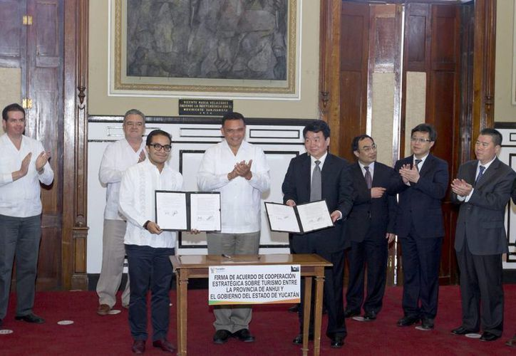 Al atestiguar el convenio entre Anhui y Yucatán, el gobernador Rolando Zapata dijo que el Estado 'es una tierra abierta al mundo'. (Notimex)