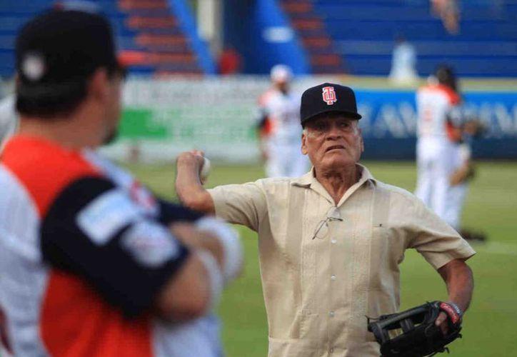 En julio de 2013, fue invitado para lanzar la primera bola en el tercer y último juego contra Guerreros de Oaxaca. (Ángel Villegas/SIPSE)