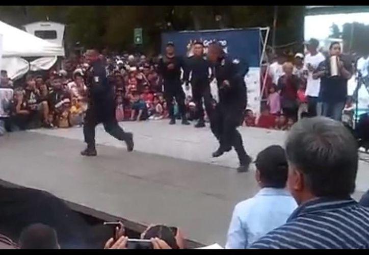 El Instituto Municipal de la Juventud en Saltillo fue el organizador del evento donde participaron estos policías, demostrando sus mejores pasos de cumbia colombiana. (Captura de pantalla)