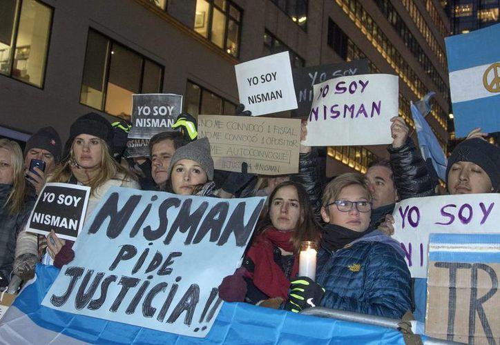 Manifestantes participan en una protesta como parte de las movilizaciones para exigir justicia por la muerte en extrañas circunstancias del fiscal argentina Alberto Nisman. (Archivo/EFE)