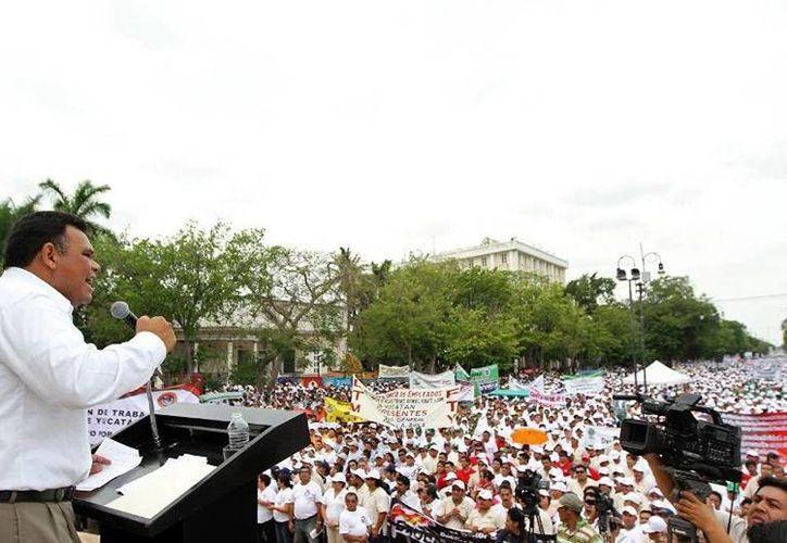 La conmemoración del Día del Trabajo tendrá su fin en el Monumento a la bandera donde dirigentes sindicales encabezarán un mítin. Imagen de Rolando Zapata Bello durante su participación en la marcha el año pasado. (Archivo/SIPSE)