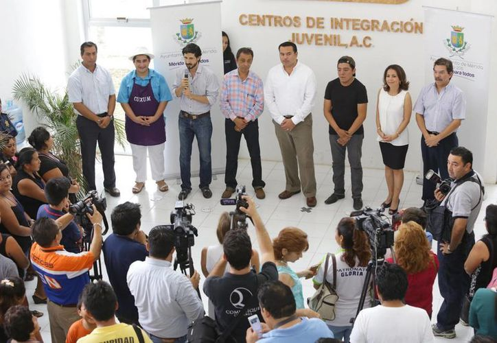 Durante su visita al Centro de Integración Juvenil, el alcalde Renán Barrera dio a conocer los programas con los que cuenta el Ayuntamiento para combatir las adicciones y entregó apoyos. (Foto: cortesía del Ayuntamiento de Mérida)