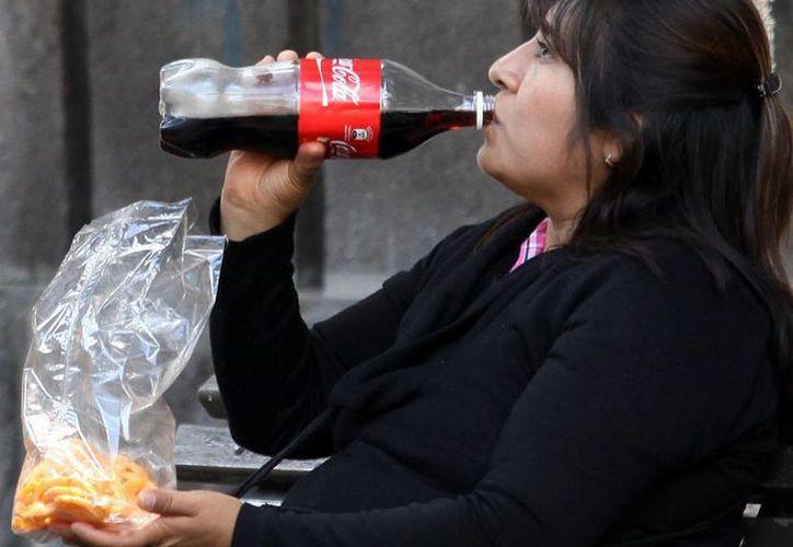 El Instituto Nacional de Salud indica que con la reducción del consumo de refrescos, ha aumentado el consumo de agua embotellada. (Archivo/Notimex)
