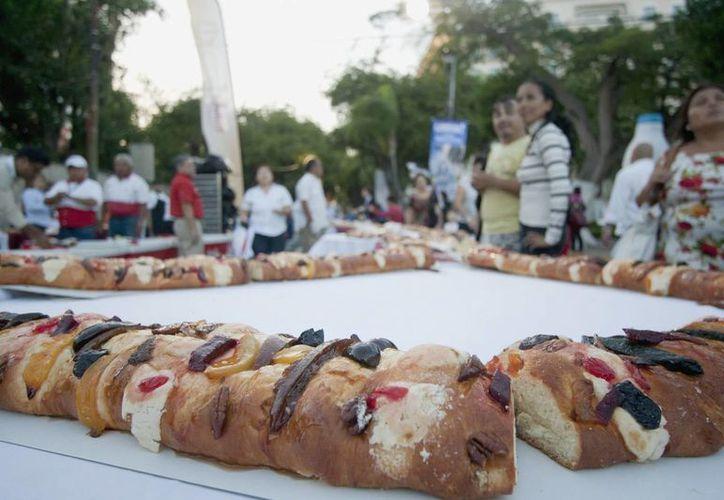 Desde el pasado fin de semana, los yucatecos acudieron a las panaderías para obtener su rosca de Reyes. (Notimex)