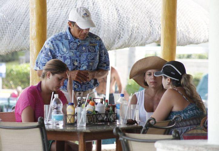 En el sector turístico se ofertan vacantes en diferentes áreas. (Luis Soto/SIPSE)
