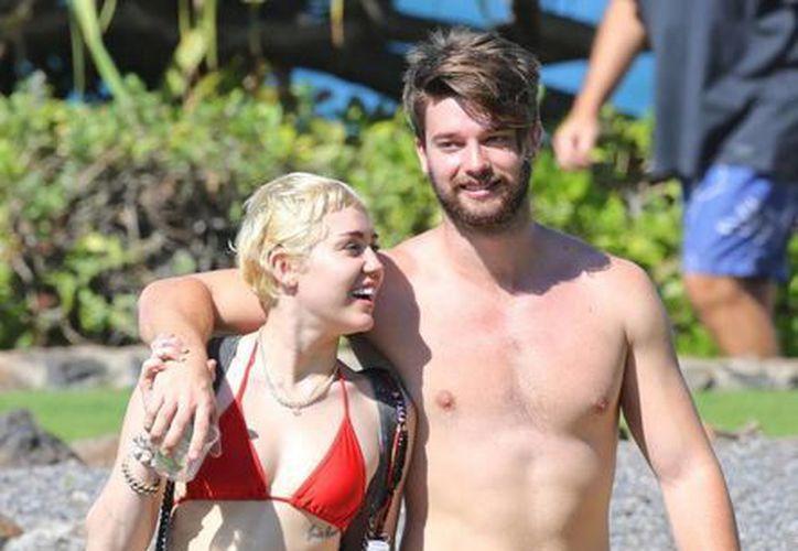 Miley Cyrus con su pareja, Patrick Schwarzenneger, en Hawai, donde ella se bañó en topless. (nydailynews.com)