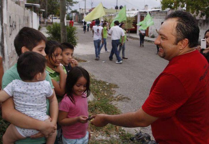 Francisco Torres Rivas, candidato a diputado federal por el IV Distrito, saluda a vecinos del fraccionamiento Vergel III. (SIPSE)
