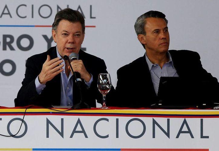 El presidente Juan Manuel Santos (i), junto al ministro de Agricultura, Rubén Darío Lizarralde. (EFE/Archivo)
