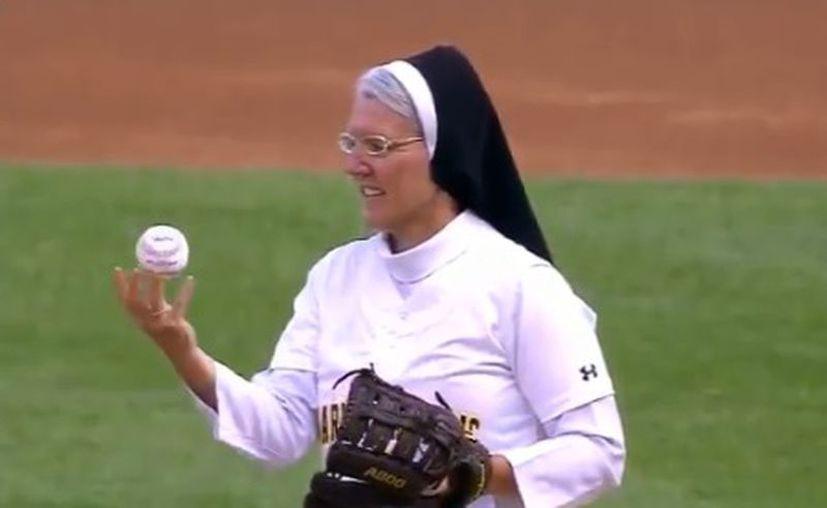 La hermana Mary Jo Sobieck lanzó la primera bola durante el juego entre los Reales de Kansas City contra los Medias Blancas de Chicago. (Milenio)