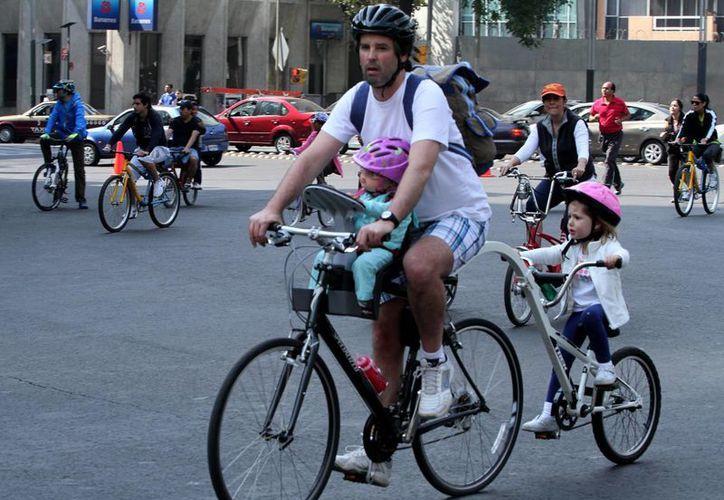 En la Ciudad de México también se promueven paseos dominicales en bicicleta, a los cuales asisten unas cincuenta mil personas. (Archivo/Notimex)