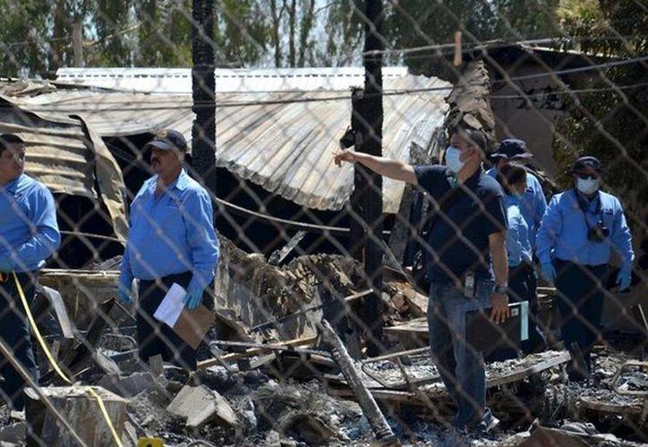 Imagen de los peritos de la PGR que indagan las causas del incendio en un asilo de Mexicali, que cobró la vida de 17 ancianos. (Archivo/AP)