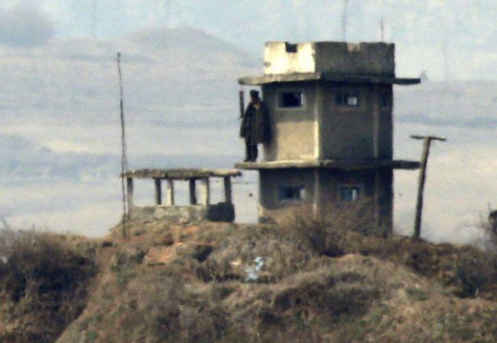 Un soldado norcoreano hace guardia en un puesto de control de Panmungak, al norte del complejo intercoreano de Kaesong, en Corea del Sur. (EFE)