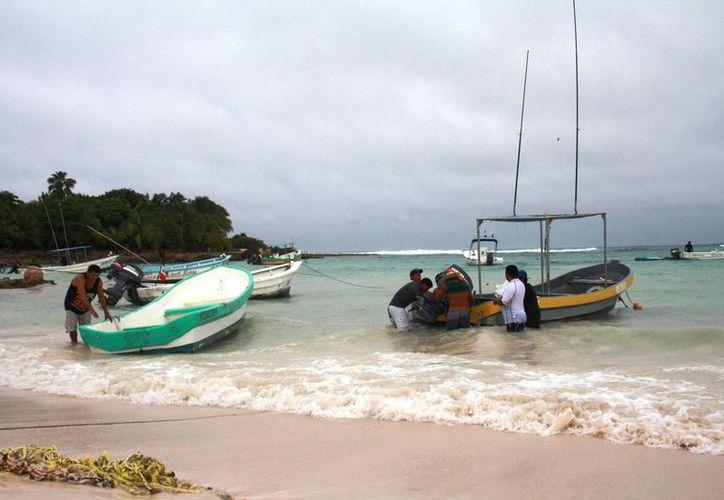 Pescadores y prestadores de servicios turísticos resguardaron sus barcos, en espera de que la situación meteorológica mejore. (Rossy López/SIPSE)