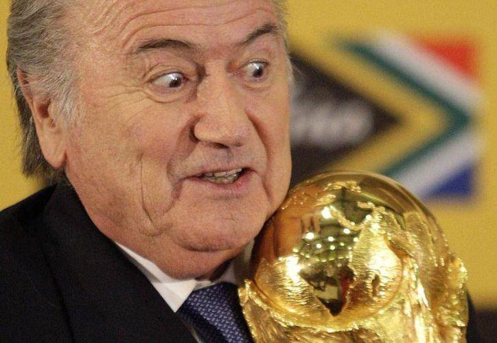 Joseph Blatter, expresidente de la FIFA, fue inhabilitado por ocho años debido a violaciones éticas. Sin embargo, el suizo seguiría cobrando su sueldo. (Archivo AP)