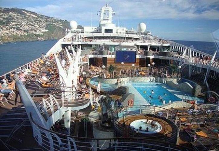 El crucero MSC Divina de donde cayó el mexicano tiene una capacidad para 3,502 pasajeros. (shipparade.com)