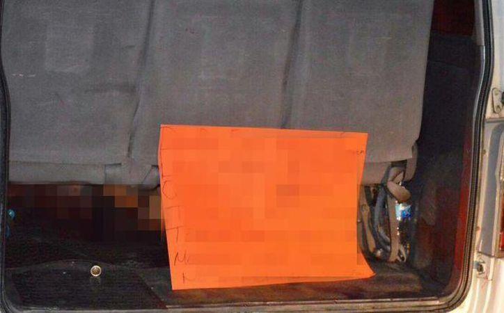 Imagen de la camioneta donde encontraron los cadáveres de las 11 personas. Los asesinos dejaron a un lado de los cuerpos un mensaje en una cartulina. (larealnoticia.info)