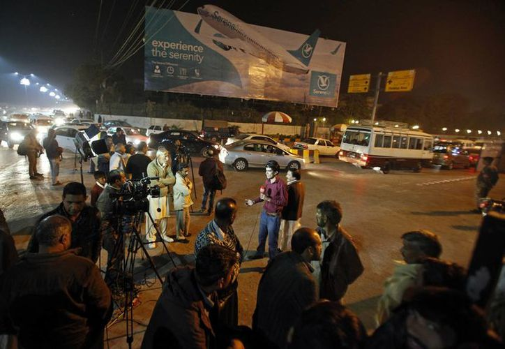 Tras conocerse la noticia de la desaparición de un vuelo de la aerolínea Pakistan International Airlines, reporteros se apostaron a las afueras de la terminal en espera de la información de las víctimas. (AP/Anjum Naveed)