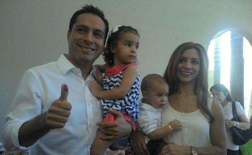 El aspirante panista Mauricio Vila y su familia. (Archivo/SIPSE)