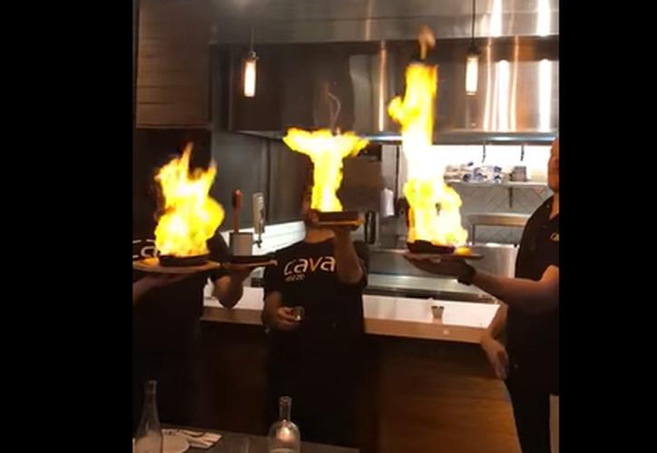Los meseros querían sorprender a los clientes 'incendiando' sus platillos. (Captura)